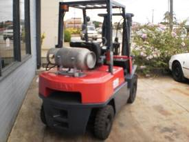 Nissan JO2 2.5 tonne container forklift - picture1' - Click to enlarge