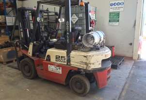 Nissan 25 Dual fuel Forklift with container mast