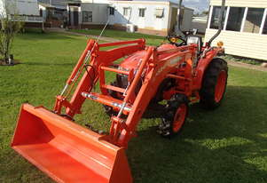 kubota 2015 L3200D tractor with loader