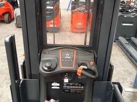 Used Forklift:  V10 Genuine Preowned Linde 1t - picture2' - Click to enlarge