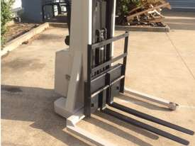 electric forklift - picture2' - Click to enlarge