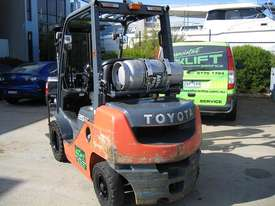 TOYOTA 32-8FG25 DELUXE LPG  with Container Mast - picture8' - Click to enlarge