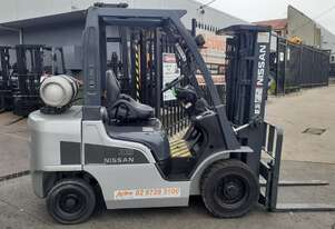 Forklift for sale-Nissan low hrs 2.5 ton 4.5m container entry mast 2014 model excellent condition