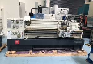 PUMA MANUAL LATHE | 2000MM BC | 560MM SWING | 105MM SPINDLE BORE | DIGI READOUT | QUICK CHANGE TP