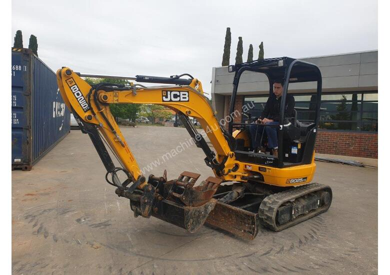 2018 JCB 8025 ZTS 2.6T MINI EXCAVATOR WITH HYD HITCH, 3 BUCKETS, RIPPER AND 135HRS.
