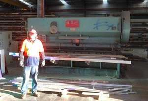 guillotine cuts steel plate 12 mm thick  3000 mm length