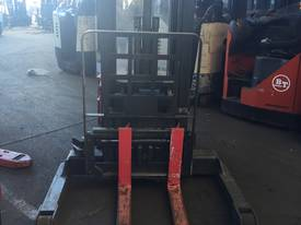 RAYMOND WALKIE REACH STACKER 3886MM LIFT 3 STAGE   - picture3' - Click to enlarge