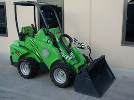 Demo Avant 420 Compact Articulated Loader w/ 4in1