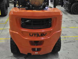 2.5T Counterbalance Forklift - Utilev UT25P - picture5' - Click to enlarge