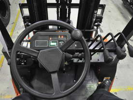 2.5T Counterbalance Forklift - Utilev UT25P - picture6' - Click to enlarge