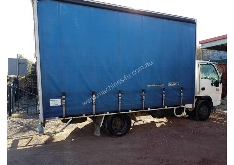 ISUZU 2005 NQR 450 MEDIUM RIGID TAUTLINER/CURTINSIDER 4.5 mt tray