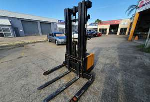 GCT Electric walkie stacker, 4.5m lift height, container entry, new battery