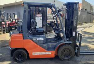 Late Series 2012 model Toyota Forklift For Sale 8fg25 Container entry mast solid tyres side shift