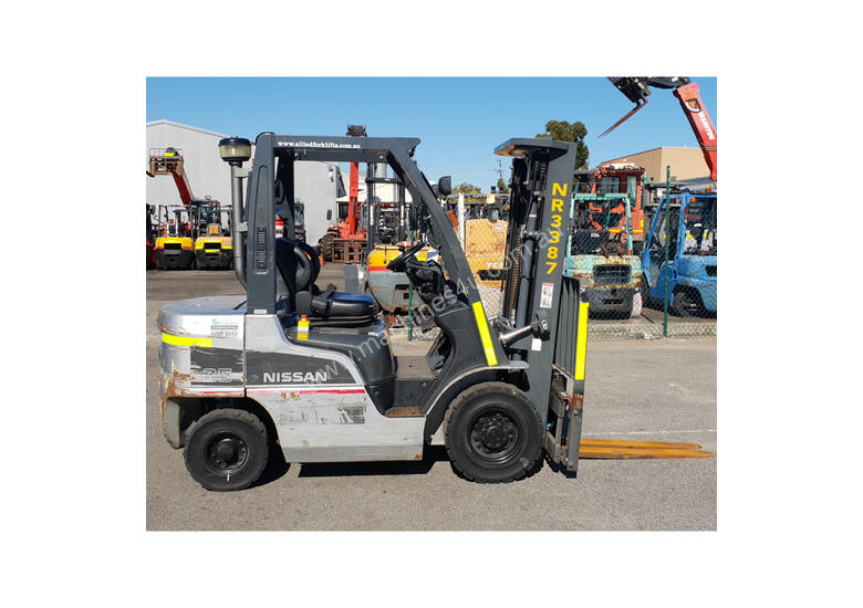 Nissan 2500kg Diesel Forklift with 4750mm Three Stage Mast & Side-Shift