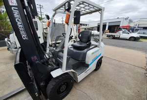 Nissan 2.5t container entry forklift, low hours. like new