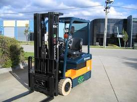 TOYOTA 1.5t 3 Wheeler with Container Mast - picture1' - Click to enlarge