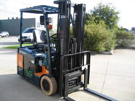 TOYOTA 1.5t 3 Wheeler with Container Mast - picture8' - Click to enlarge