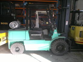 4 T Mitsubishi & side shifting fork positioner - picture1' - Click to enlarge