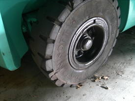 4 T Mitsubishi & side shifting fork positioner - picture2' - Click to enlarge