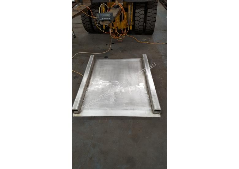 Low profile platform scales with end ramps