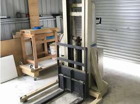 Crown 20MT90A battery lift - picture0' - Click to enlarge