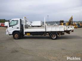 2002 Hino DUTRO - picture4' - Click to enlarge