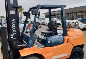 Forklift 5 Ton gas Toyota wide carriage solid dual wheels 5000mm lift