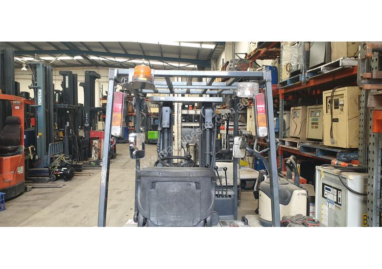 NISSAN 3WHL CONTAINER ENTRY FORKLIFT