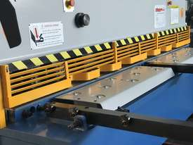 Heavy Duty Industrial Build 2400mm x 4mm Hydraulic Guilloitne - picture3' - Click to enlarge