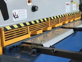 Heavy Duty Industrial Build 2400mm x 4mm Hydraulic Guilloitne - picture10' - Click to enlarge