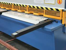 Heavy Duty Industrial Build 2400mm x 4mm Hydraulic Guilloitne - picture15' - Click to enlarge