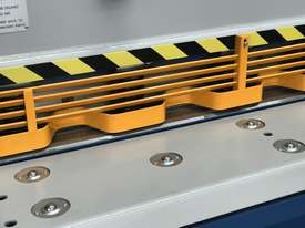 Heavy Duty Industrial Build 2400mm x 4mm Hydraulic Guilloitne - picture17' - Click to enlarge