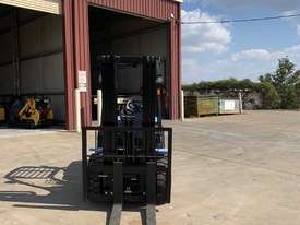 New Utilev 3 Tonne Diesel Container Mast Forklift  - picture2' - Click to enlarge