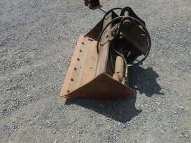900mm Hyd Tilt Mud Bucket to suit 2 -4 Ton Excavator c/w Pins - 50045-1 - picture1' - Click to enlarge
