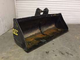 1700MM BATTER BUCKET WITH CUTTING EDGE SUIT 11-15T EXCAVATOR D995 - picture1' - Click to enlarge