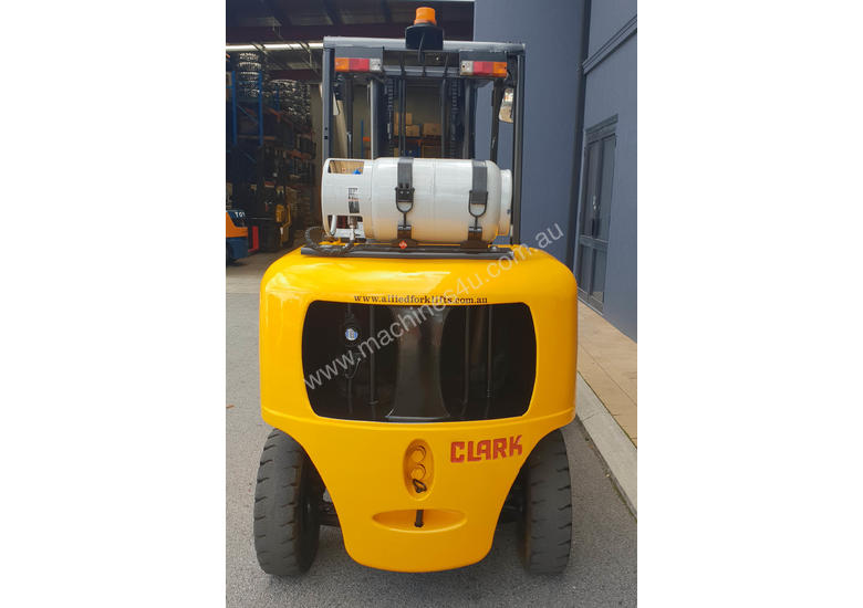 Clark 5000kg LPG forklift with 5000mm three stage mast and dual wheels