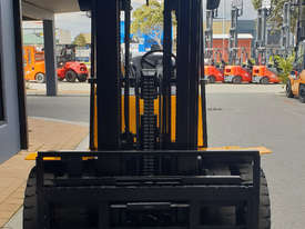 Clark 5000kg LPG forklift with 5000mm three stage mast and dual wheels - picture2' - Click to enlarge