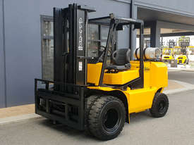 Clark 5000kg LPG forklift with 5000mm three stage mast and dual wheels - picture0' - Click to enlarge