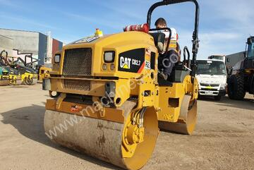 CAT CB2.7 TANDEM STEEL DRUM VIBRATING ROLLER WITH LOW 400HRS