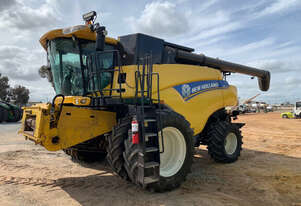 2013 New Holland CR7090 + 41' NH Platform Combines
