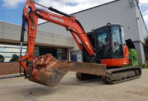 2016 KUBOTA U55-4 EXCAVATOR WITH LOW 2210 HOURS, FULL CAB, ANGLE BLADE, HITCH AND FULL BUCKET SET.