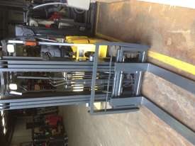 Caterpillar 1.8 ton container mast side shift LPG - picture5' - Click to enlarge