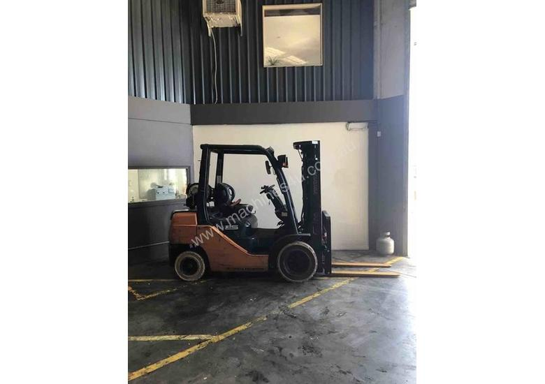 TOYOTA 2.5 TONNE CONTAINER MAST FORKLIFTS FOR SALE