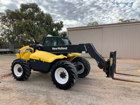 2005 New Holland LM435A Telehandler  - picture0' - Click to enlarge