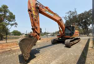 Low hour 30t excavator with attachments