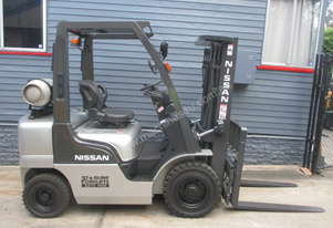 Nissan 2.5 ton Container Mast Used Forklift