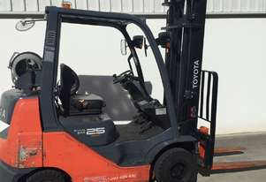 Toyota 2.5 Ton LPG Forklift with lots of attachments included