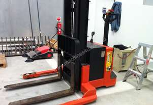 BT PRIME MOVER WALKIE STACKER