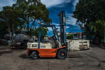 Nissan 2.5 tonne forklift with clamp