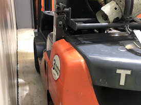 Toyota 32-8FG25 LPG / Petrol Counterbalance Forklift - picture3' - Click to enlarge